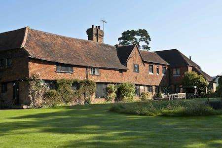 Idyllic 16th Century family home - Ewhurst - Bed & Breakfast