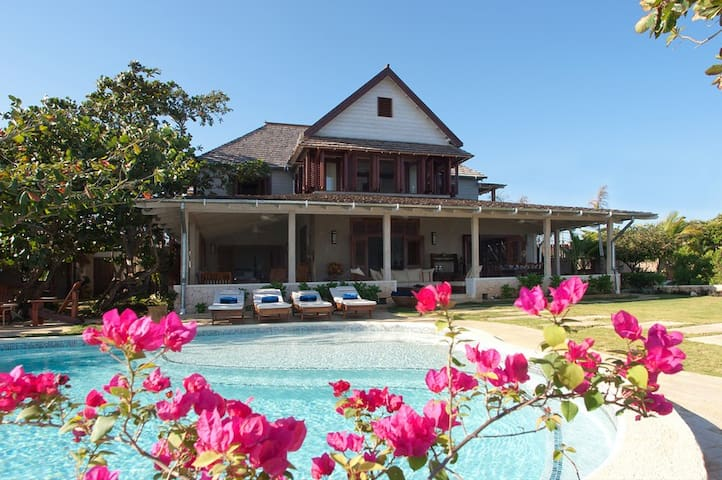Hidden Bay by the Sea - Ideal for Couples and Families, Beautiful Pool and Beach - Runaway Bay - Willa