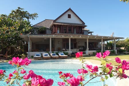 Hidden Bay by the Sea - Ideal for Couples and Families, Beautiful Pool and Beach - Runaway Bay - Villa