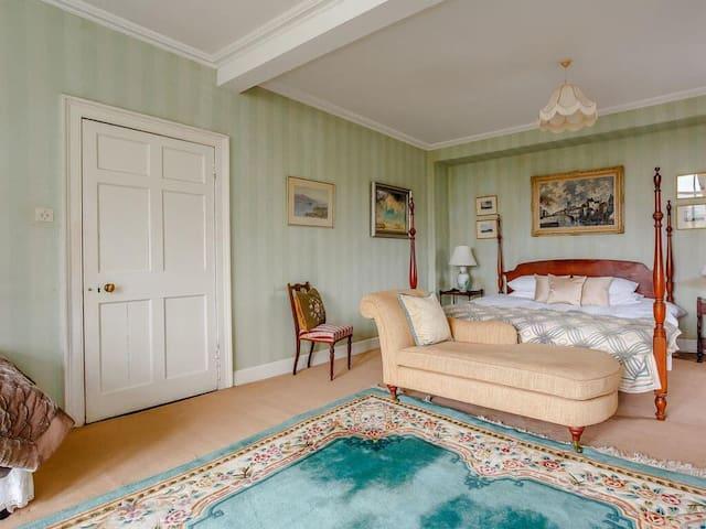 Bedroom 1 ensuite bathroom.  1 superking 1 single.