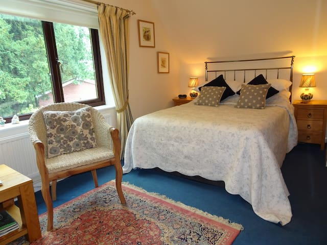 Drinkstone Park B&B Blue Room en suite