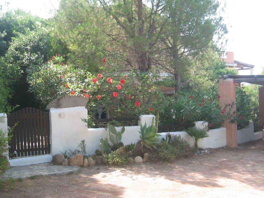 Ingresso casa con 2 posti auto coperti riservati (a dx nella foto)