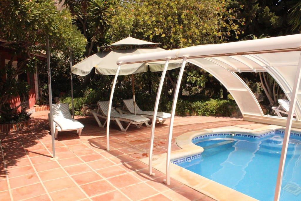 Der Pool, der in der kühlen Witterung abgedeckt werden kann
