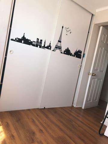 Acogedora habitación, Locomoción en puerta,seguro