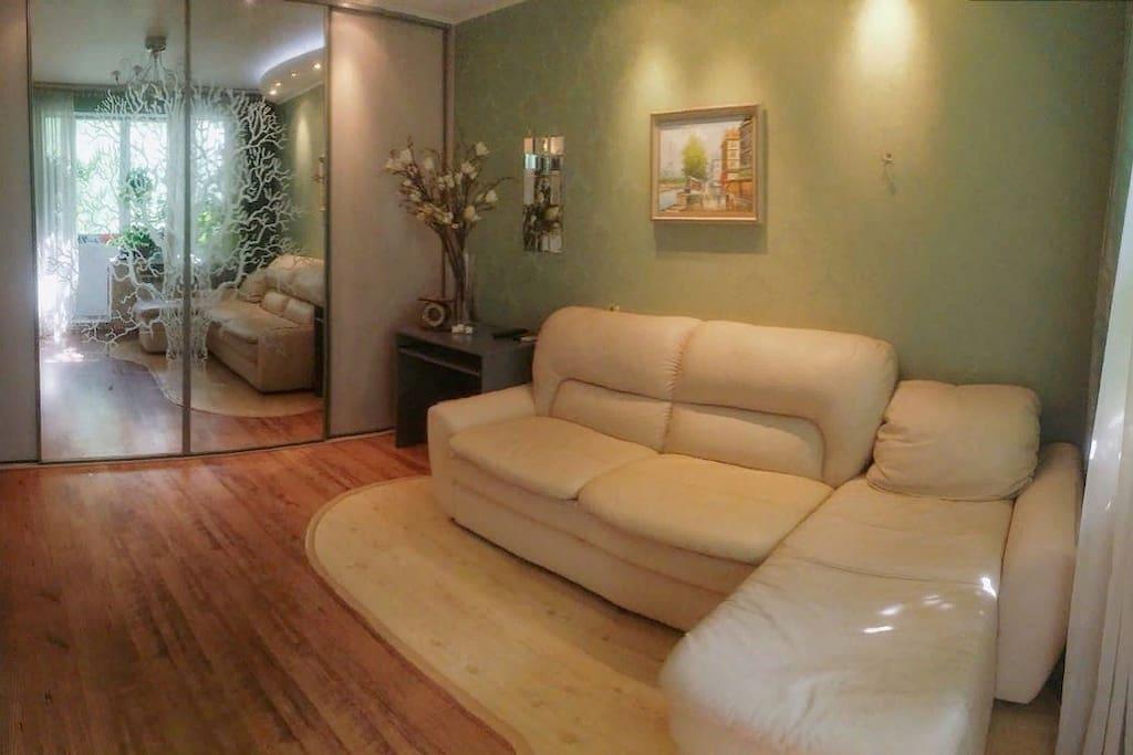 Спальня: диван 2-х местный с атоманкой. Комната 16 кв.м.