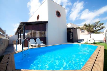 Villa 2 con piscina frente al mar - Arenas del Mar