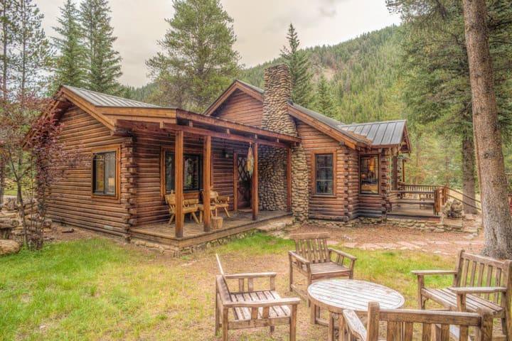 Quiet cabin with beautiful views! Fireplace! Decks