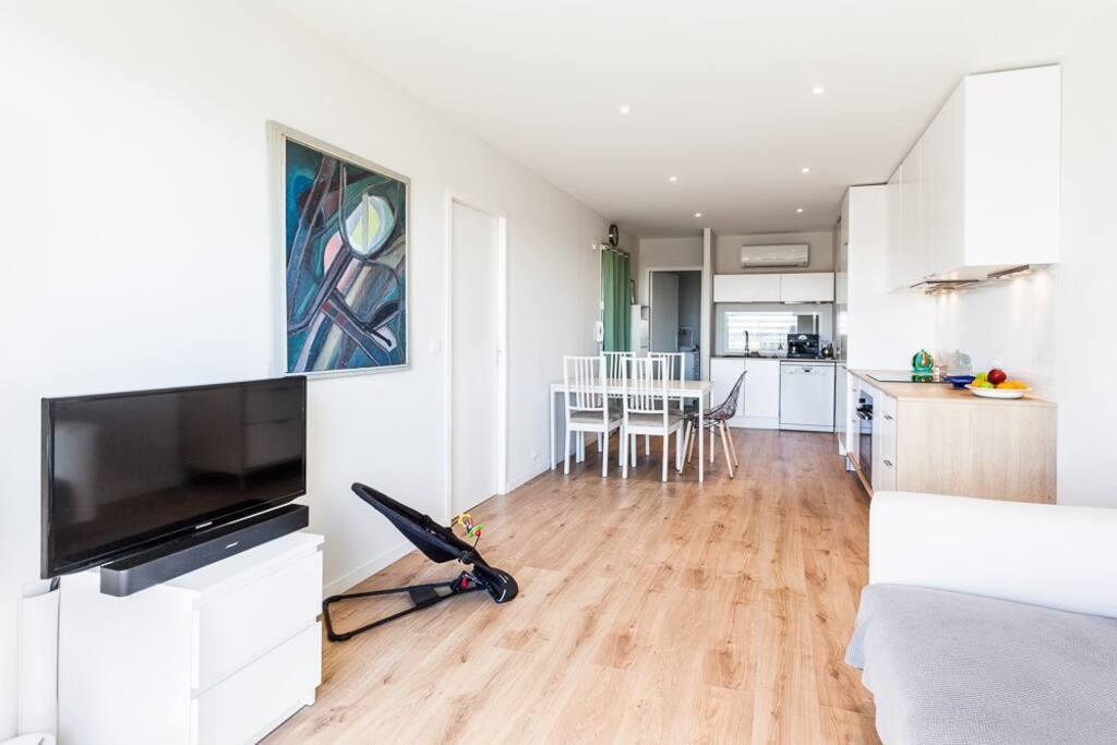 Vaste et lumineuse pièce à vivre (cuisine / salle à manger / coin salon) donnant sur grand balcon très ensoleillé