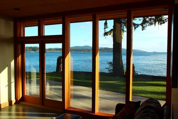 2 Bedroom Ocean Front Sooke on 2 acre property - Sooke - Gästehaus
