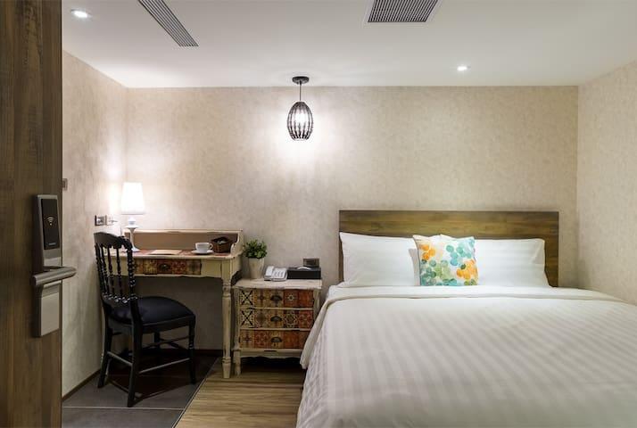 蘭桂坊花園酒店:標準雙人房(無窗),自助式早餐,免費停車。