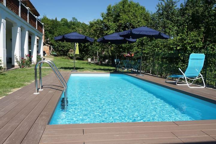 La Casa Blu, con piscina, nel verde delle colline