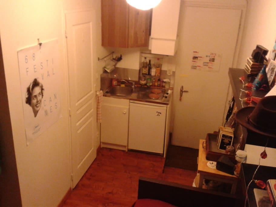 Petite cuisine qui comprend tout le nécessaire  Small kitchen with all the necessary equipement
