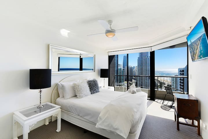 2 Bedroom Surfers Paradise Ocean Views Free WiFi