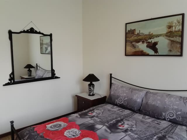 Particolare camera da letto con splendido quadro d'autore/Corner bedroom with a splendid author's picture