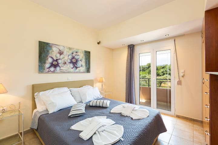 Bedroom with double bed, all the bedrooms have air-condition!