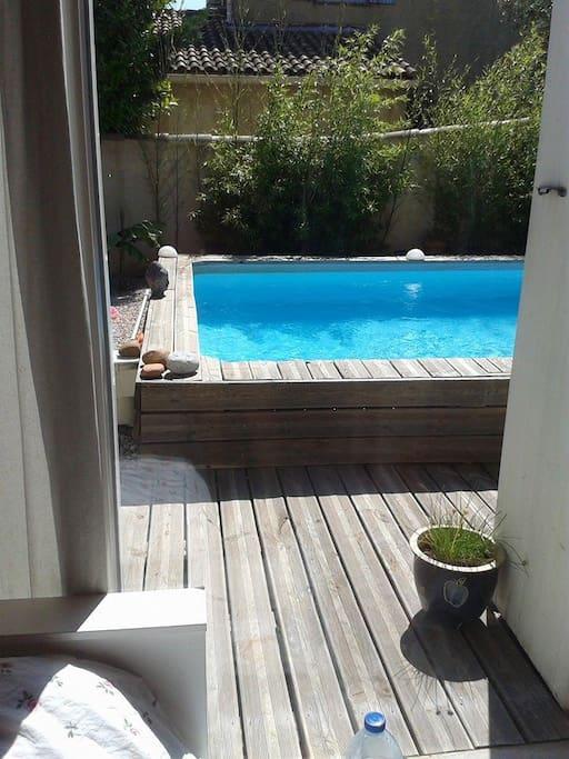 chambre avec baie vitrée directe extérieur / piscine