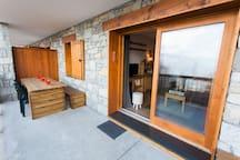 grande terrasse avec table de 6 personnes face à la vallée. Vue magnifique