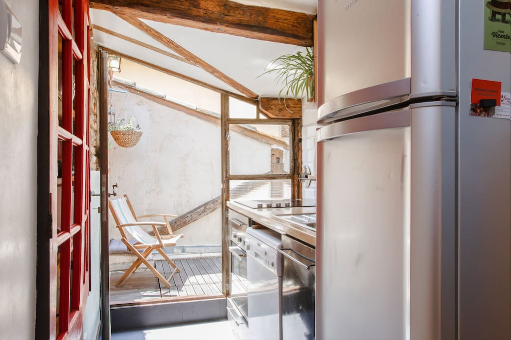 La cuisine entièrement équipée ouvre sur la terrasse.