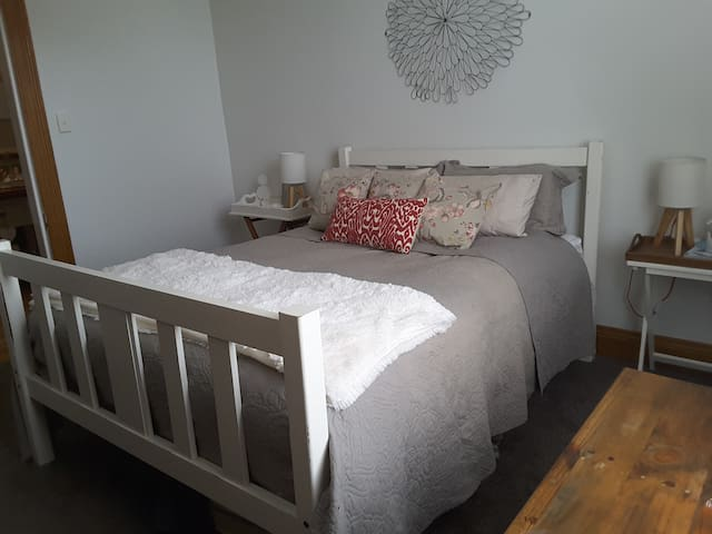 Warm, clean and comfortable Queen size bed