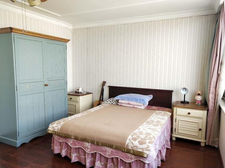 可住4人,四号线地铁,高米店北,联排别墅顶层出租,适合家庭出游,双卧独卫,小客厅,环境优美舒适。