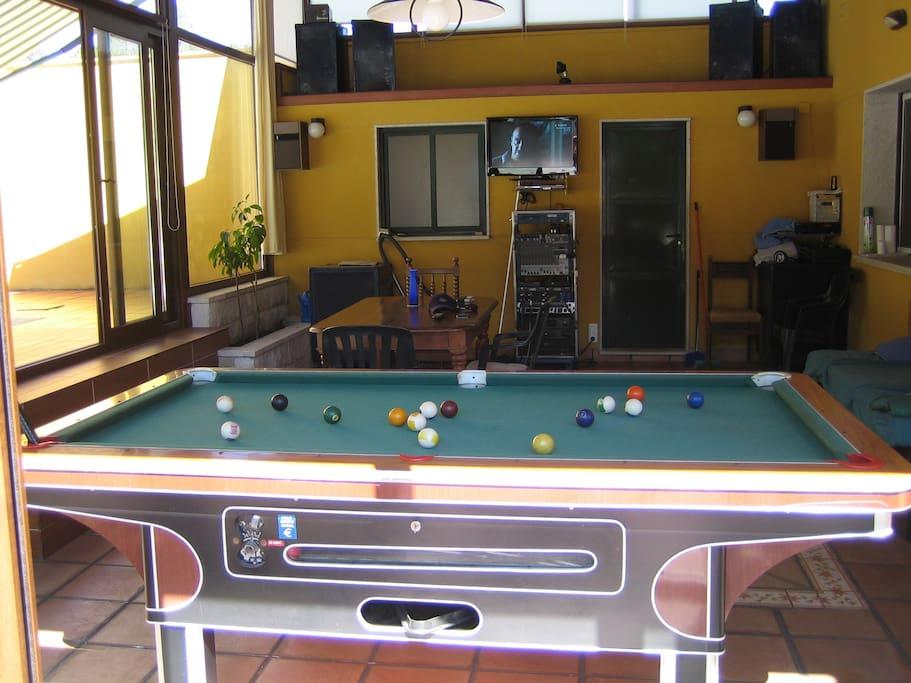 lugar comun al lado de la piscina,con billar,musica,          karaoke,tomarse una cerveza!,comer,     etc.