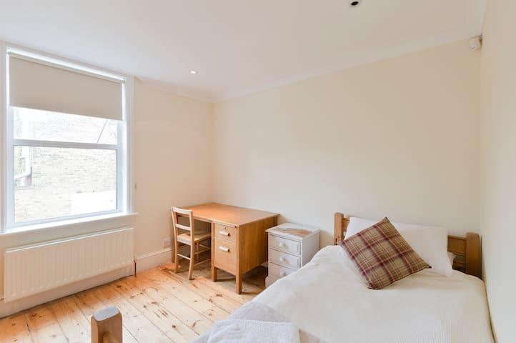 Double Bedroom, Large Family House - Lontoo - Talo