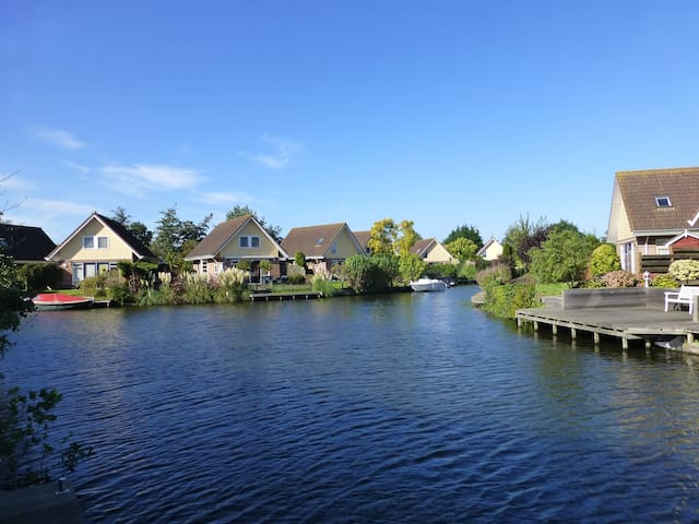 """Ferienhaus """"IJsselmeer"""" mit Garten u. Bootssteg"""