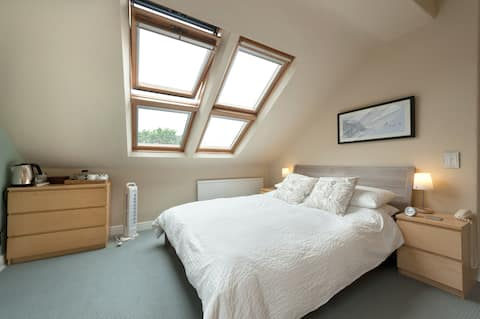 Double Bedroom in Victorian Home (King Size Bed)