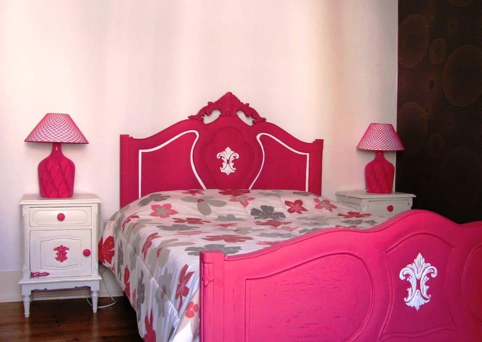 Quarto com cama de casal e roupeiro de 3 portas.