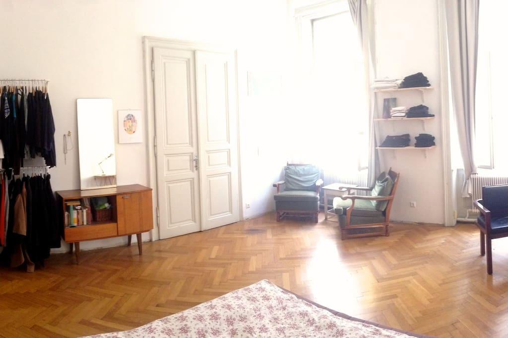 25m2 großes helles Zimmer