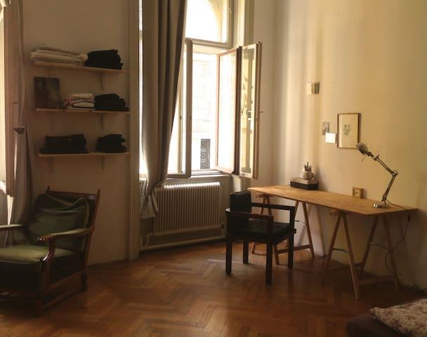 Für August: Möbiliertes Zimmer - Wien - Haus
