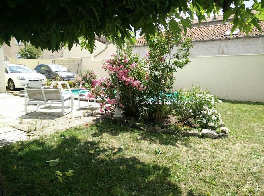 Charmante maison avec piscine houses for rent in grigny for Pool show lyon france