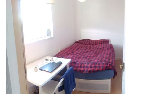 Nice room with a doble and very confortable bed near to Canary Wharf. It's perfect to spend your holidays in London. The flat it's in zone 2 Profesional's flat