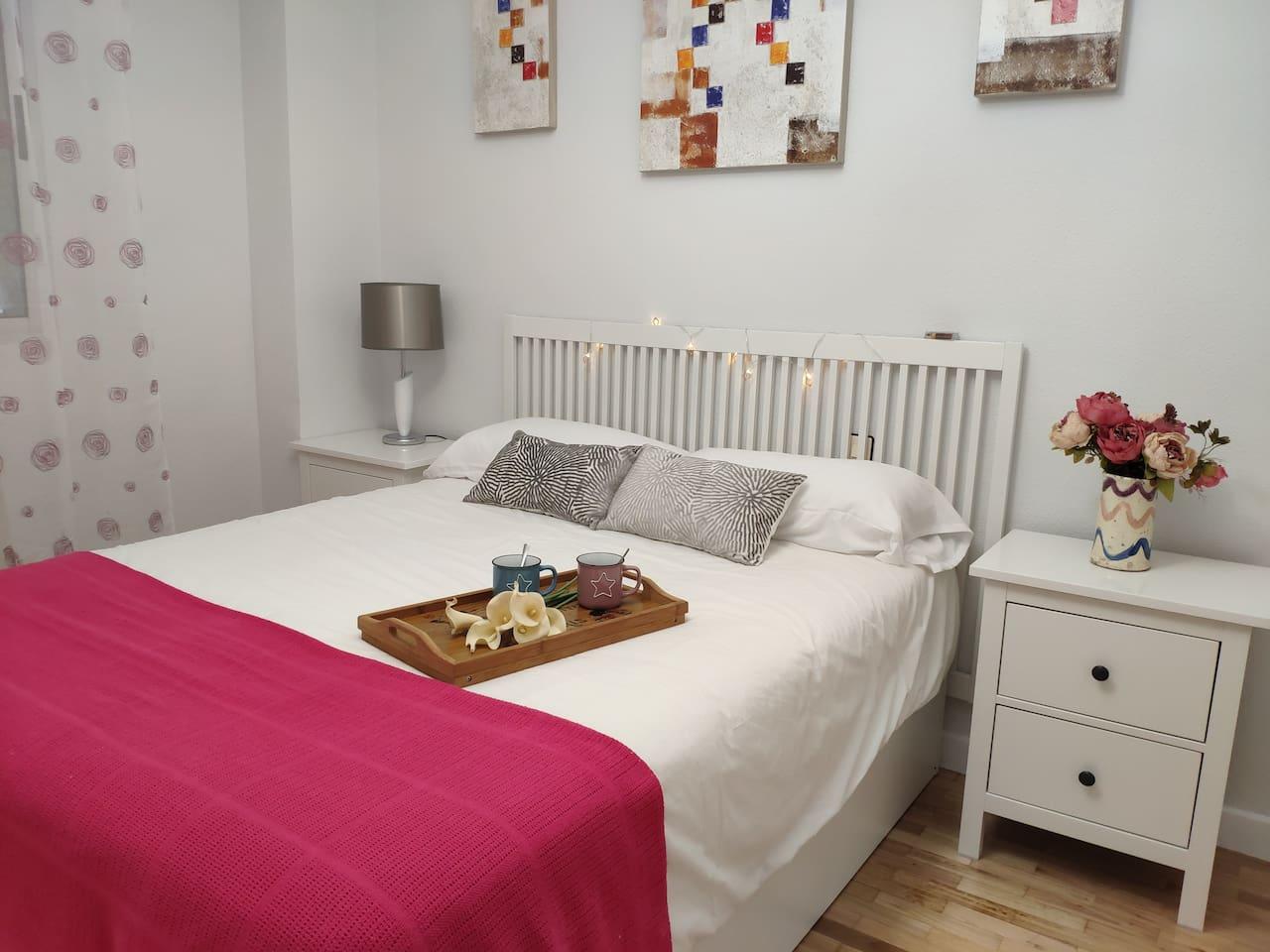 Dormitorio principal con cama de 1.50 y gran armario.