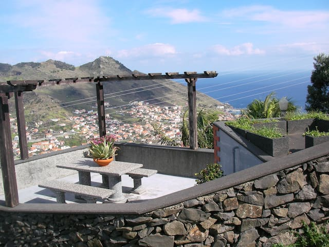 Panoramic view of sea and mountain - Machico - Pis