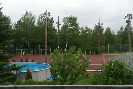 Logement avec stationnement  tennis et piscine