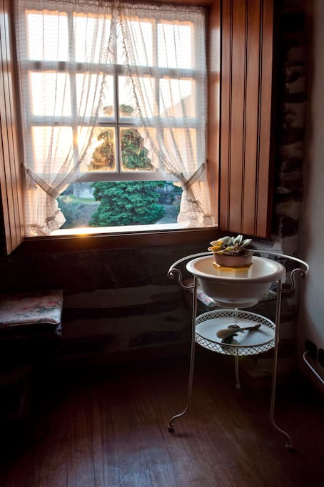 Bancos de pedra nas janelas; característica da casa.