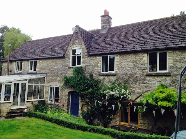Cotswold B&B in pretty village - Tetbury