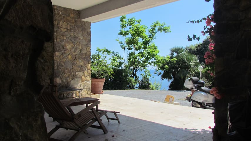 House with Porch and Sea View - Recco - Leilighet