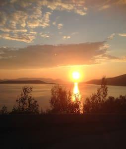 Anneks 35 km nord for Alta, 7 km fra E6, på vei mot Nordkapp. Vakker natur i rolige omgivelser. Fiskemuligheter i elv og sjø. 0,5 km til sjøen. Bygda har egen butikk.