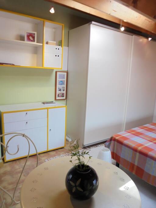Mesa con 2 sillas, muebles y armario