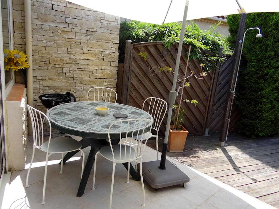 Terrasse avec barbecue, parasol et le soleil !