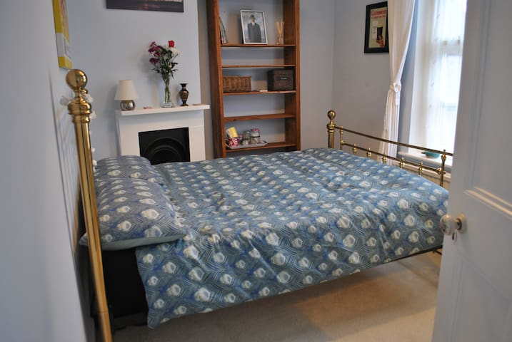 Sunny double room in a beautiful Edwardian cottage