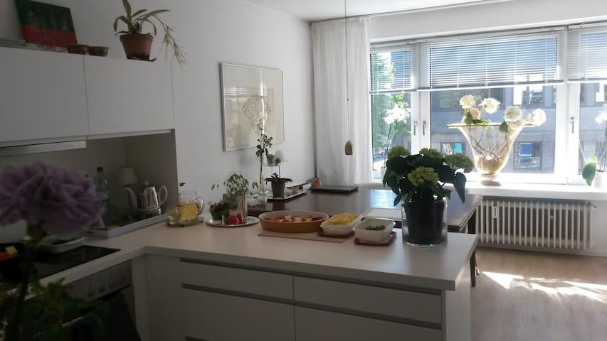 Die Küche ist offen mit einem großen Esstisch.