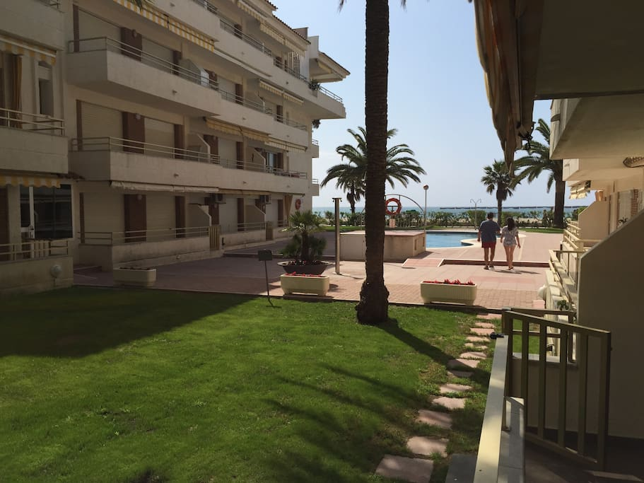 Terraza apartamento con acceso directo a la piscina