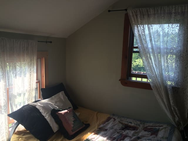 Sunny Corner Bedroom at Better Farm - Redwood - Bed & Breakfast