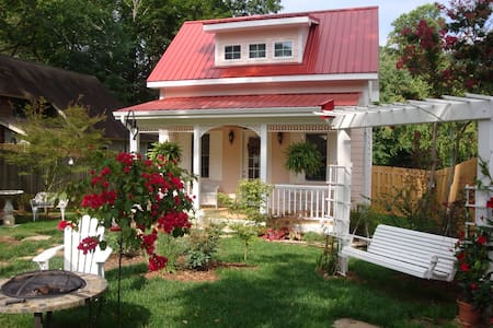 Charming cottage, walkable to town. - Black Mountain