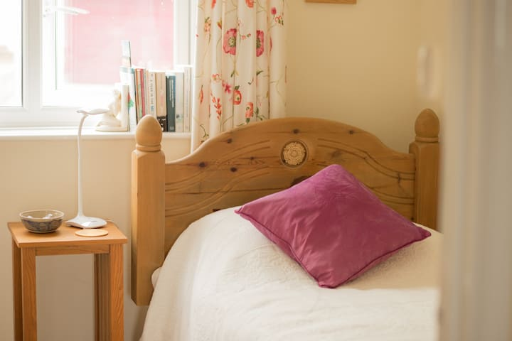 Lovely cosy single room - quiet, peaceful room