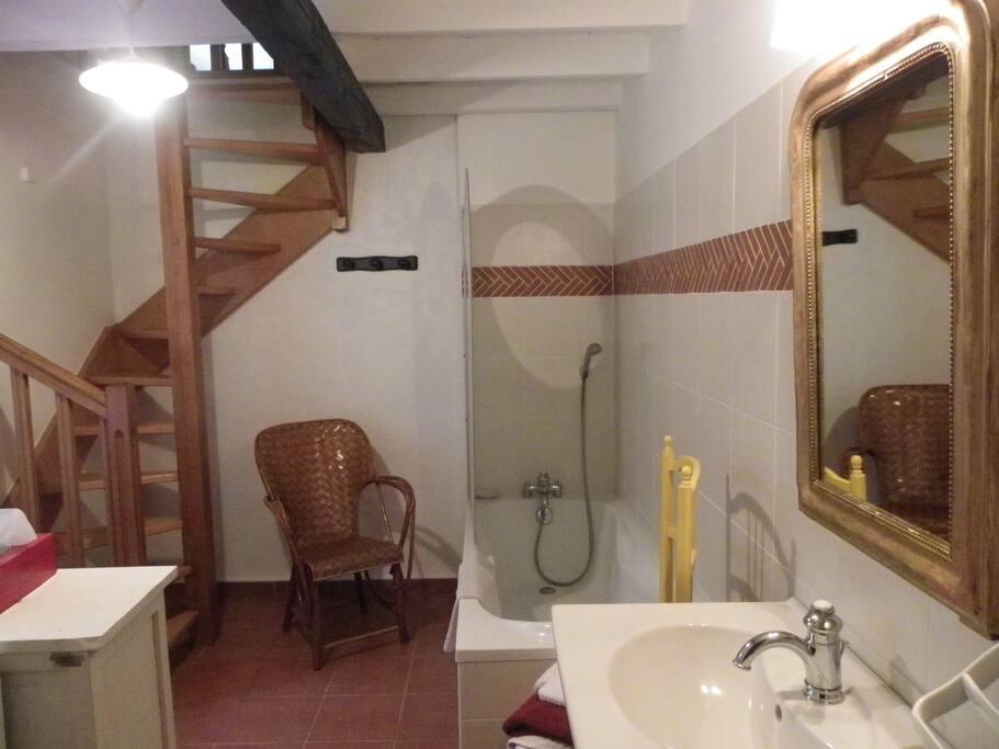 La Verrière salle de  bains de la chambre d'Hélène