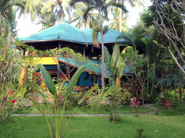Villa Oasis directly at the beach